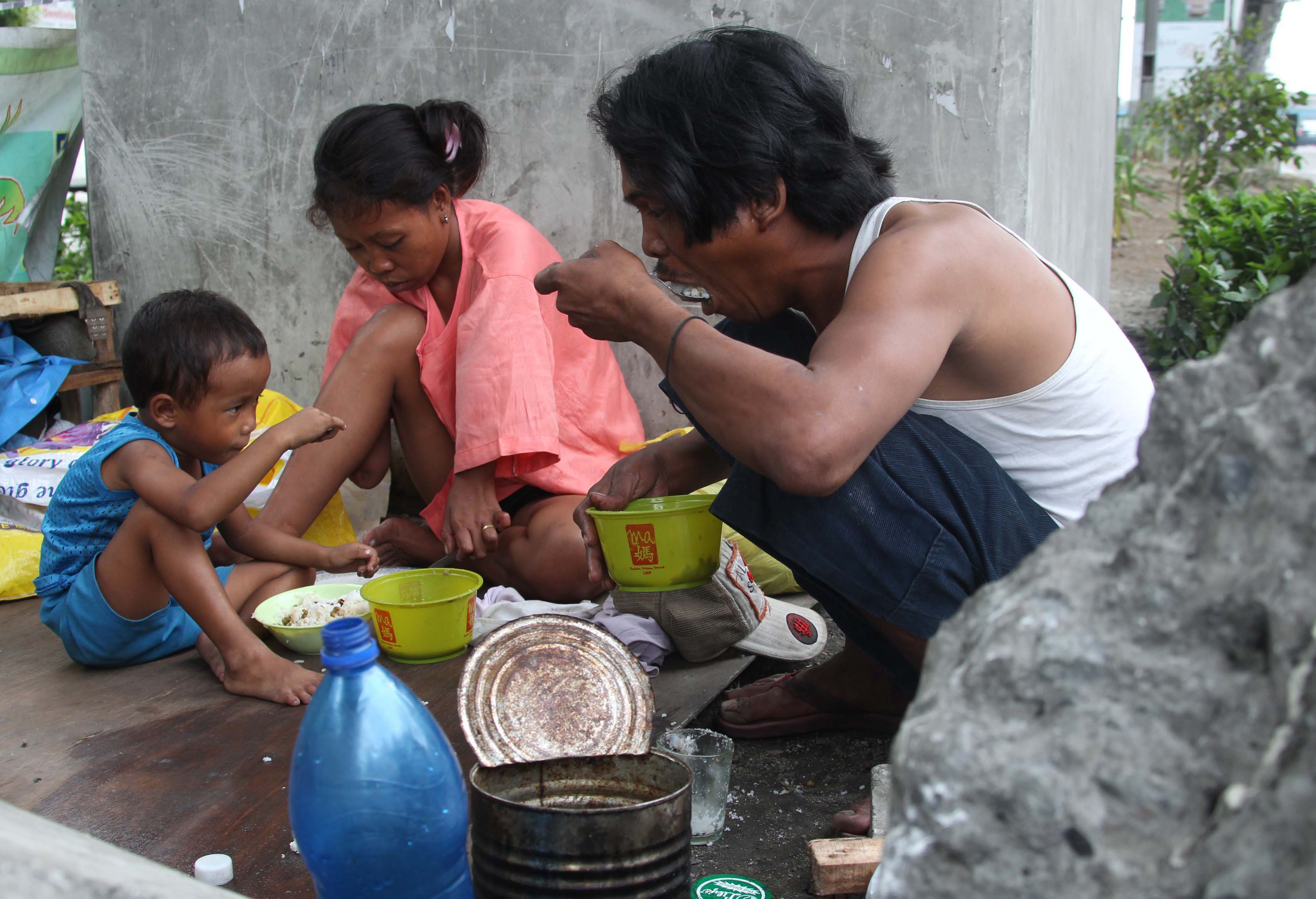 Busaw family leaving in the center island under the Metro Rail Transit along North Edsa in Brgy. Pagasa in Quezon City taking a lunch break event if it is danger zone and air pollution cause of smoke vehicles........photo/boy santos
